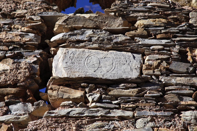 Pietra scolpita sulla facciata della chiesa di Poilarocca