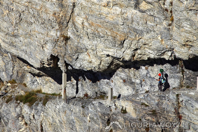 Percorso scavato nella roccia sul Sentiero degli Alpini