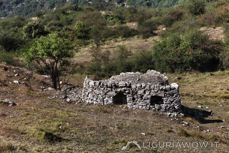 Curiosa casella con due vani esterni dietro al Pizzo d'Evigno