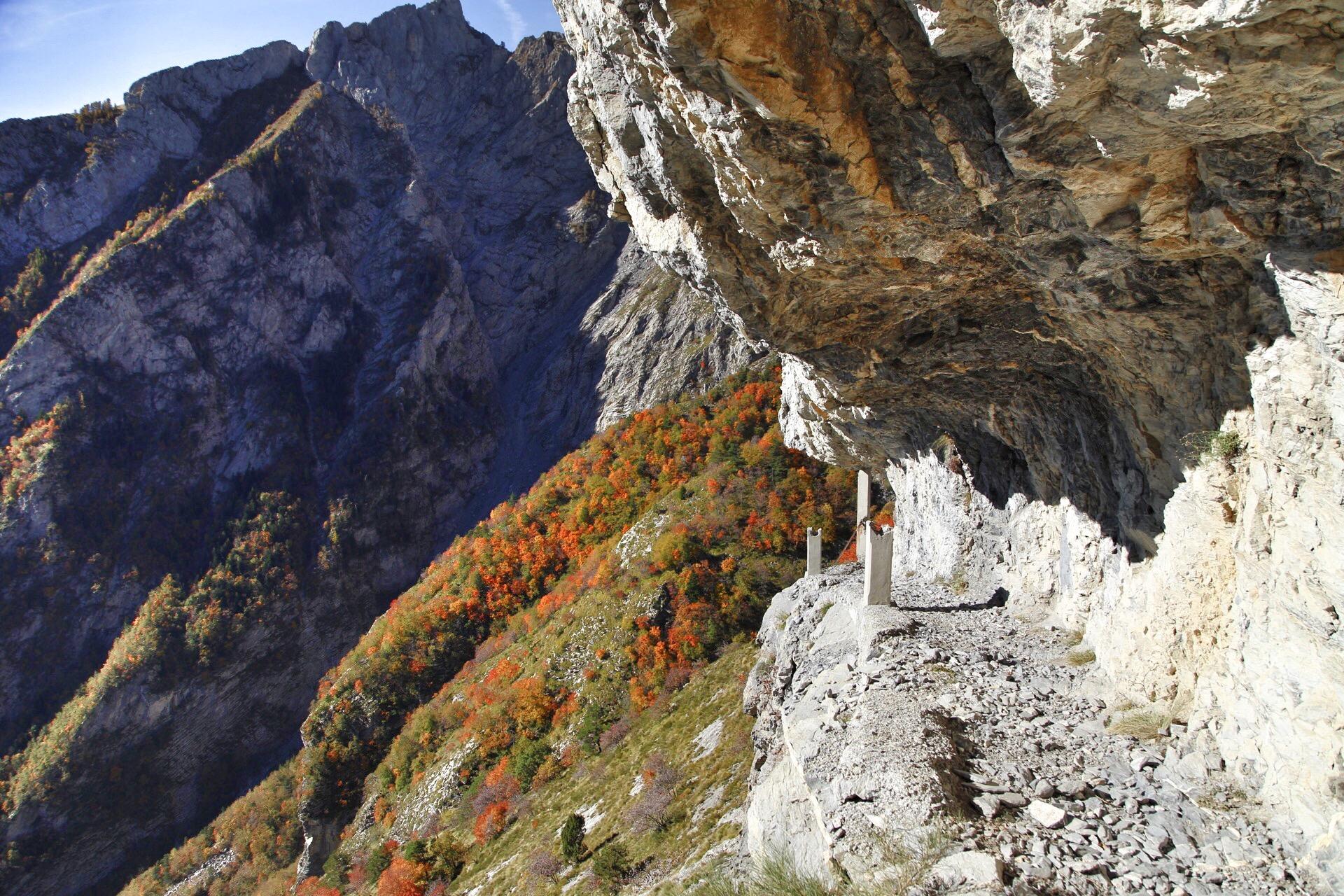 Sentiero degli Alpini scavato nella roccia del Pietravecchia