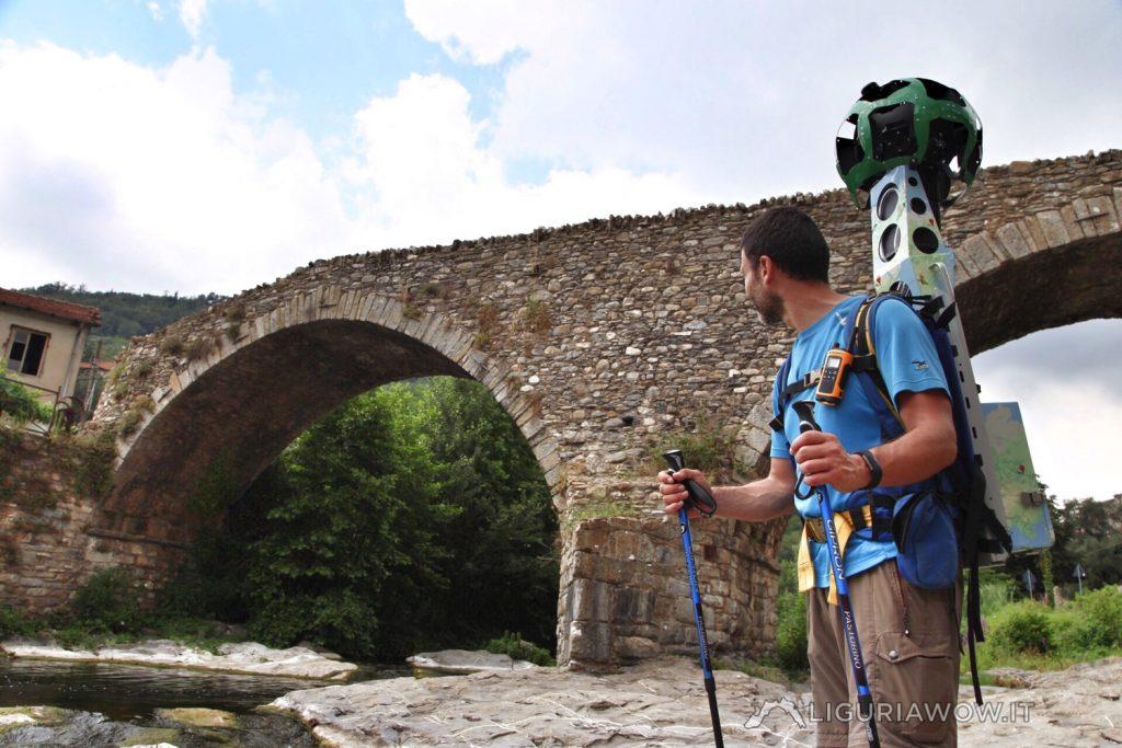 Luca Patelli guarda il ponte di San Lazzaro Reale