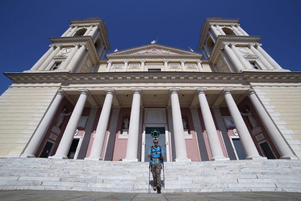 Luca Patelli davanti al Duomo di Porto Maurizio